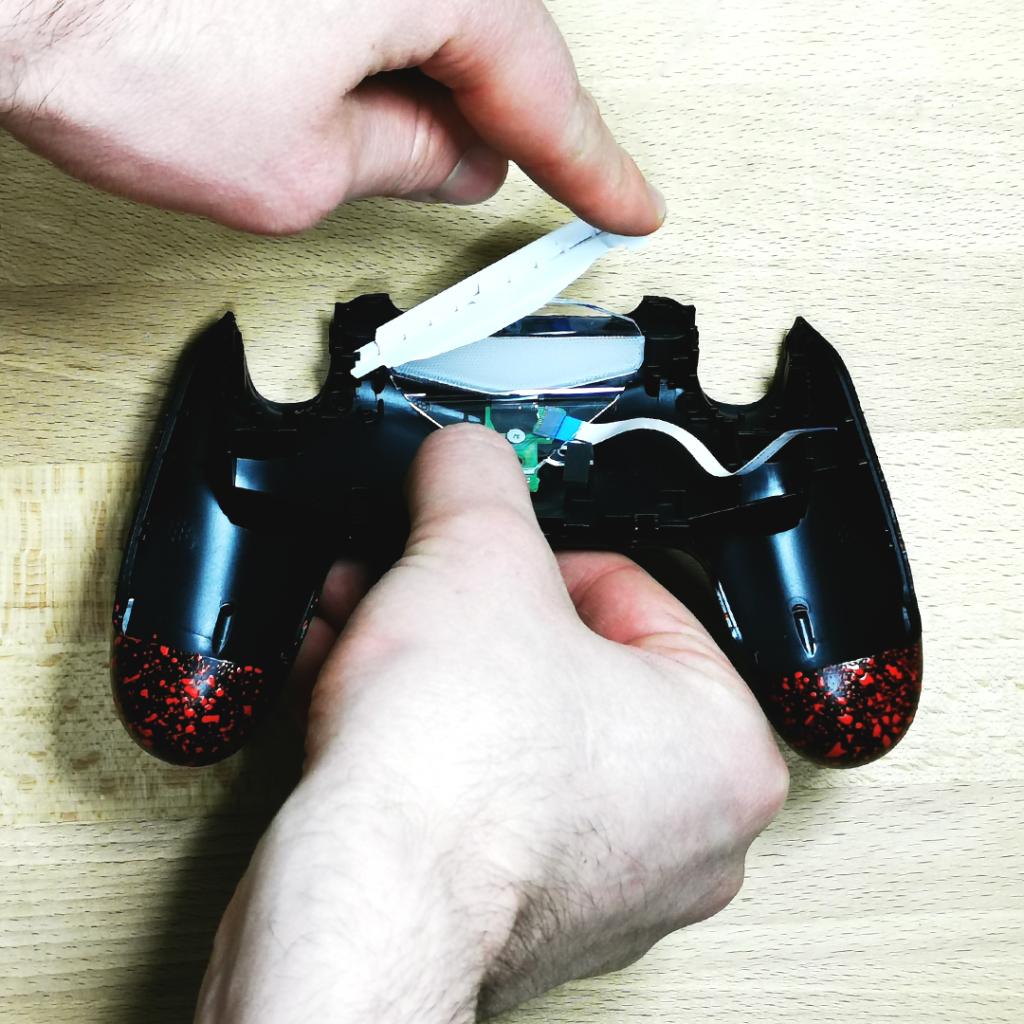 Remontage manette PS4 custom   Remettez le led, la plastique transparent ainsi que la plastique blanc
