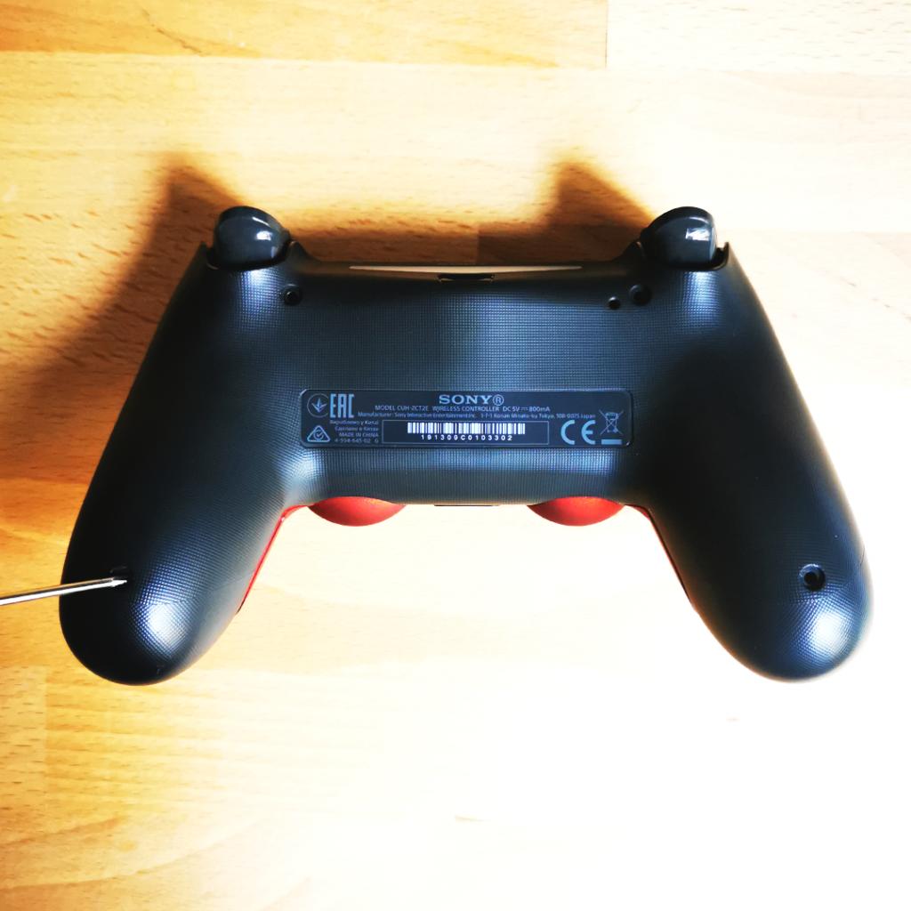 Vissez la coque arrière de la manette PS4 custom